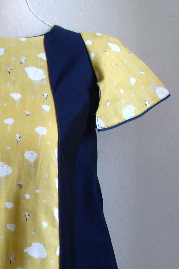 blouse-bleu-marine-fleurs-de-pavot-jaune-4-tissumi